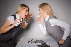 Deux dames d'affaires ayant un combat Image libre de droits