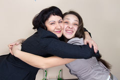 Deux dames d'affaires dans le bureau Photographie stock libre de droits