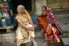 Deux dames indiennes dans la robe traditionnelle, Vanarasi Image libre de droits