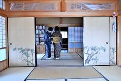 Deux dames japonaises habillées dans le kimono traditionnel photos stock