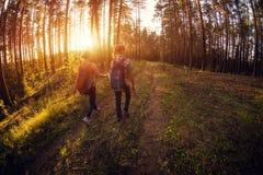 Deux dames marchant sur un chemin Photos stock
