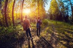 Deux dames marchant sur une route Images stock