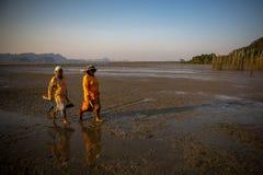 Deux dames ont marché à la maison après que travail de pêche Image libre de droits