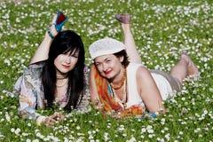 Deux dames plaisantes ont un reste Photo libre de droits