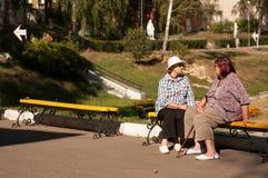 Deux dames pluses âgé en parc photo stock