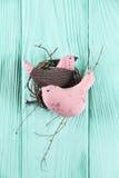 Deux dans des oiseaux d'amour dans le nid Images stock