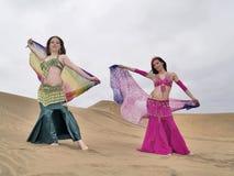 Deux danseurs arabes retenant des vêtements Image libre de droits
