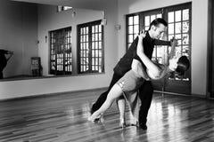 Deux danseurs de salle de bal pratiquant dans leur studio Images libres de droits
