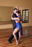 Deux danseurs de salle de bal pratiquant dans leur studio Photographie stock