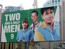 Deux de Charlie Sheen un panneau-réclame et demi des hommes Photos stock