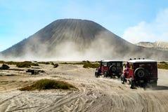 Deux de conduite de véhicule tous terrains par le désert avec le beautifu Photographie stock