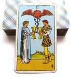 2 deux de l'offre de carte de tarot de tasses des couples heureux de relations observe seulement l'un pour l'autre l'association/ illustration libre de droits