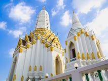 Deux de pagodas blanches de style thaïlandais dans l'église Images stock