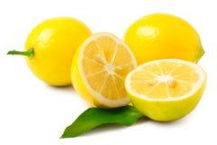 Deux demi citrons et entiers sur un fond blanc Photographie stock libre de droits