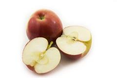 Deux demi pommes coupées en tranches sur le fond blanc Photo libre de droits