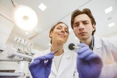 Deux dentistes examinant le patient images stock