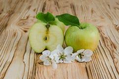 Deux des pommes et demi Photos stock