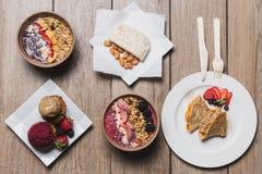 Deux desserts, fromages de vegan d'amande, petits gâteaux et crêpes image stock