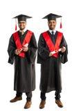 Deux diplômés d'afro-américain dans la robe et le chapeau Photographie stock