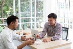Deux données raffinantes d'homme d'affaires lors de la réunion Gens d'affaires de meetin photo libre de droits