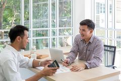 Deux données raffinantes d'homme d'affaires lors de la réunion Gens d'affaires de meetin photographie stock