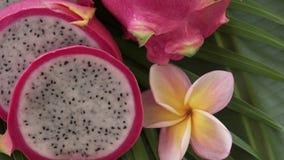 Deux Dragon Fruit thaïlandais tropical exotique cru frais ont également appelé Pitayas tournant sur la feuille de banane clips vidéos
