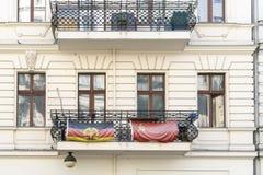 Deux drapeaux de la RDA et de l'URSS sur un balcon Photo libre de droits
