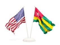 Deux drapeaux de ondulation des Etats-Unis et du Togo d'isolement sur le blanc illustration de vecteur