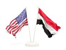 Deux drapeaux de ondulation des Etats-Unis et du Y?men d'isolement sur le blanc illustration libre de droits
