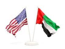 Deux drapeaux de ondulation des Etats-Unis et des Emirats Arabes Unis d'isolement sur le blanc illustration libre de droits