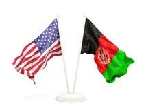 Deux drapeaux de ondulation des Etats-Unis et de l'Afghanistan d'isolement sur le blanc illustration stock