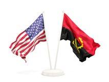 Deux drapeaux de ondulation des Etats-Unis et de l'Angola d'isolement sur le blanc illustration libre de droits