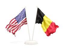 Deux drapeaux de ondulation des Etats-Unis et de la Belgique d'isolement sur le blanc illustration stock