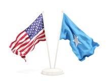 Deux drapeaux de ondulation des Etats-Unis et de la Somalie d'isolement sur le blanc illustration de vecteur