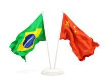 Deux drapeaux de ondulation du Brésil et de la porcelaine d'isolement sur le blanc illustration libre de droits