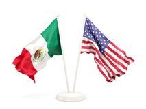 Deux drapeaux de ondulation du Mexique et des Etats-Unis d'isolement sur le blanc illustration stock