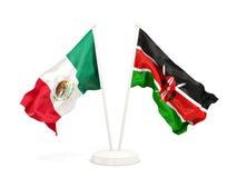 Deux drapeaux de ondulation du Mexique et du Kenya d'isolement sur le blanc illustration libre de droits