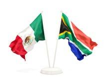 Deux drapeaux de ondulation du Mexique et de l'Afrique du Sud d'isolement sur le blanc illustration de vecteur