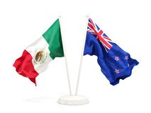 Deux drapeaux de ondulation du Mexique et de la Nouvelle Z?lande d'isolement sur le blanc illustration de vecteur