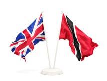 Deux drapeaux de ondulation du R-U et des Trinit?-et-Tabago d'isolement sur le blanc illustration libre de droits