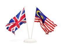 Deux drapeaux de ondulation du R-U et de la Malaisie d'isolement sur le blanc illustration de vecteur