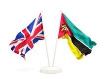 Deux drapeaux de ondulation du R-U et de la Mozambique d'isolement sur le blanc illustration stock