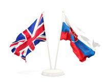 Deux drapeaux de ondulation du R-U et de la Slovaquie d'isolement sur le blanc illustration de vecteur