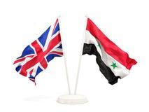 Deux drapeaux de ondulation du R-U et de la Syrie d'isolement sur le blanc illustration de vecteur