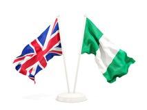 Deux drapeaux de ondulation du R-U et du Nigéria d'isolement sur le blanc illustration de vecteur