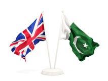 Deux drapeaux de ondulation du R-U et du Pakistan d'isolement sur le blanc illustration libre de droits