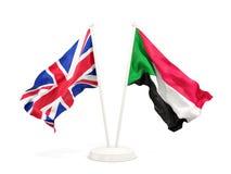 Deux drapeaux de ondulation du R-U et du Soudan d'isolement sur le blanc illustration libre de droits