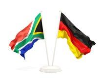Deux drapeaux de ondulation de l'Afrique du Sud et de l'Allemagne d'isolement sur le blanc illustration stock