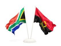 Deux drapeaux de ondulation de l'Afrique du Sud et de l'Angola d'isolement sur le blanc illustration libre de droits