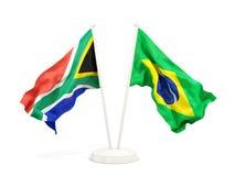 Deux drapeaux de ondulation de l'Afrique du Sud et du Br?sil d'isolement sur le blanc illustration de vecteur